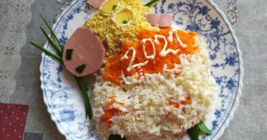 Салат из колбасы, сыра, моркови на Новый год